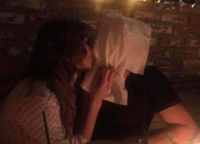 Belen, bacio social con Iannone
