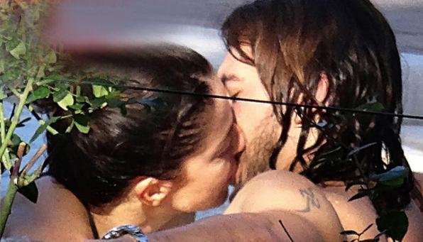 Claudia Gerini bacia Andrea