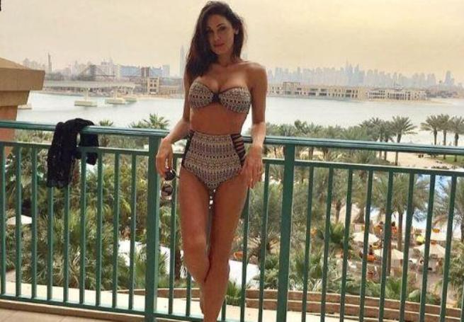 Anna Tatangelo, bikini stupendo dedicato ai 50 anni di Gigi D'Alessio