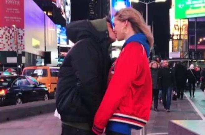 Chiara Ferragni, bacio sotto i grattacieli di New York