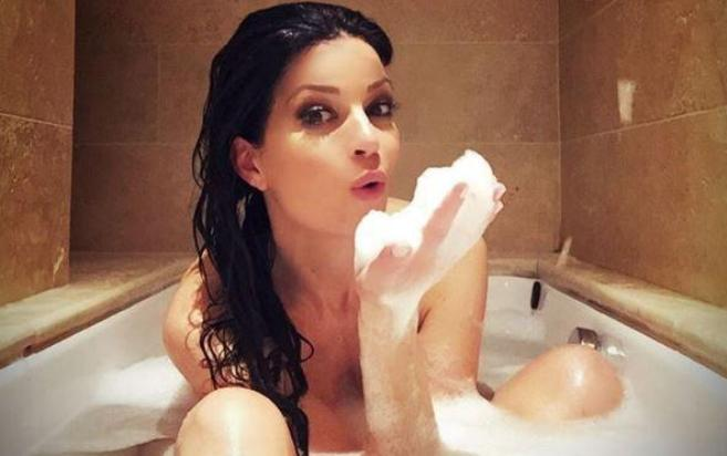 Laura Torrisi, bagno serale in vasca con foto social
