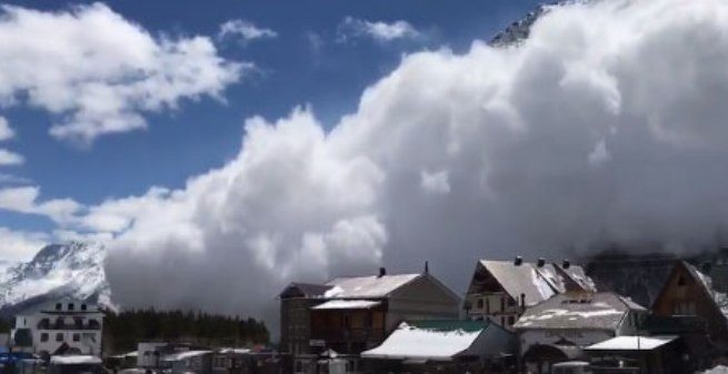 Russia: valanga sfiora ski-resort panico e fuggi fuggi generale