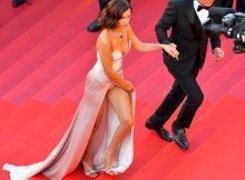 Bella Hadid, al Festival di Cannes si apre il vestito e lo spacco è da urlo