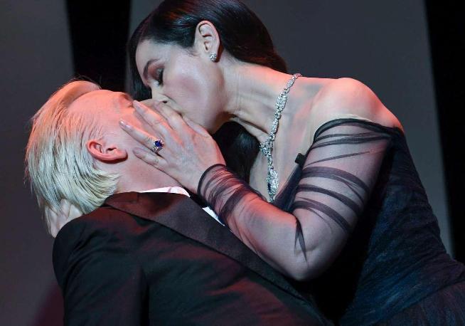 Monica Bellucci, bacio e tango sensuale con Alex Lutz inaugurano Cannes