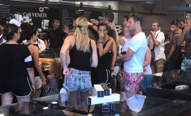Totti, per comprare la pizza ad Ilary si mette in fila a Mykonos