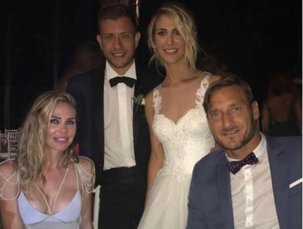 Ilary Blasi e Totti alle nozze di Melory, foto ricordo con invitati a banchetto