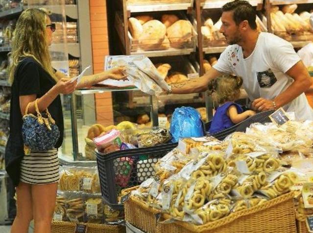 Francesco Totti, accompagnato da Ilary Blasi fa la spesa, spinge il carrello e porta le buste in auto